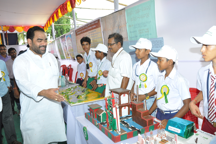 Minister visiting the exhibition